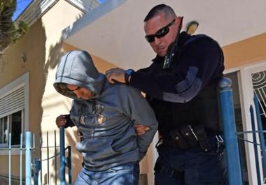 Capucha. Gatica es llevado a su lugar de detención, donde si la apelación no prospera, pasará los siguientes seis meses por su papel en la banda.