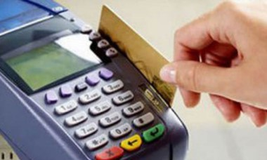 Todos los comercios ya deben ofrecer el pago con tarjeta de débito.