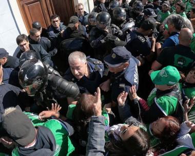 el comisario Gómez en los minutos previos al fatal desenlace frente a las puertas de Casa de Gobierno.