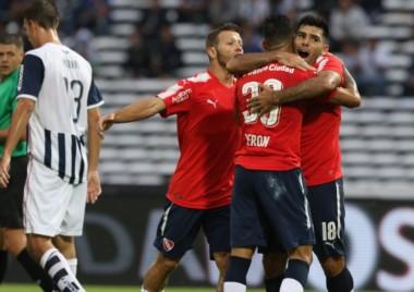 Romero y Domingo abrazan a Verón, autor del primer gol de Independiente.