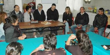 """La red de merenderos recibió el dinero recaudado en la """"paella solidaria"""" realizada el viernes santo."""