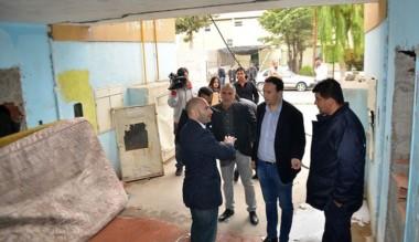 Funcionarios del municipio de Trelew, trasladaron mobiliario de familias que ya dejaron el complejo.