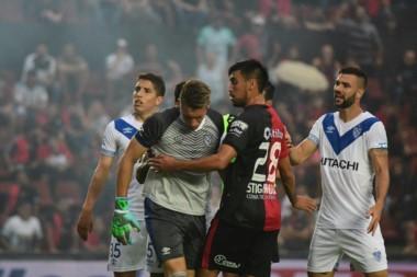 Suspendieron Colón-Vélez por tres bombas de estruendo que casi lastiman a los jugadores.