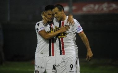 Con goles de Matos y Menéndez, Chacarita venció a Estudiantes y mantiene las esperanzas, aunque la tiene muy complicada: necesita sumar, al menos, 12 de 15, y esperar por otros resultados.