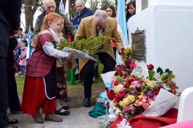 Se colocaron ofrendas florales al pie del monumento que honra la memoria de aquellos pobladores.