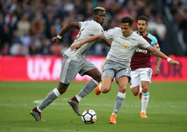 Alexis Sánchez lleva con el balón y Manuel Lanzini lo sigue.