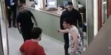 Tensión. Momentos en que llegaba la Policía para reducir al joven que reclamaba en la sede universitaria.