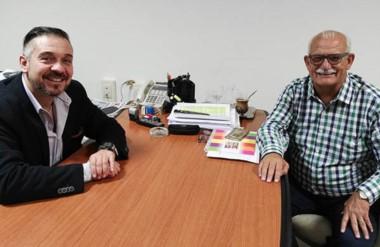 El titular de Lotería, Carlos Barbato, junto al intendente de Sarmiento, Ricardo Britapaja, ultimando detalles.