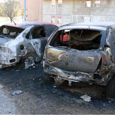 Los vehículos se vieron seriamente afectados por las llamas.