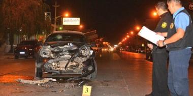 Un fuerte impacto vehicular que involucró anoche a un Ford Ka y a una camioneta Volkswagen Amarok.