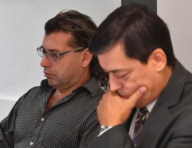 Partes. De lentes, el marinero acusado escucha la audiencia junto a su abogado, en primer plano.