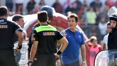 Caliente discusión entre Guillermo Barros Schelotto y el árbitro Rapallini en el Ducó.
