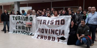 Bandera. Aunque no dieron soluciones, los diputados posaron con la protesta de los empleados.