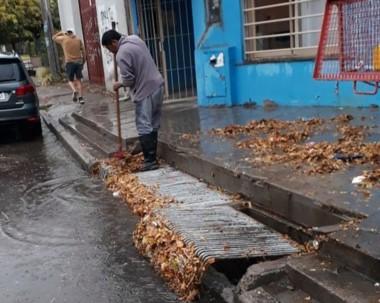 Hojas. Los pluviales suelen taparse por los restos que deja el viento.