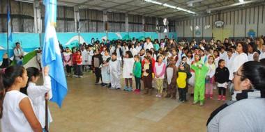 Mónica Vieyra (directora), docentes, alumnos, padres y exalumnos participaron del acto por el aniversario.