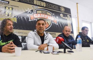 """Mesa del lanzamiento del campus con el """"Huevo"""" Sánchez acompañado por Gustavo López y Gustavo Sastre."""