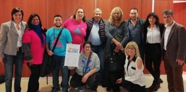 Celebración. Los diputados junto al colectivo LGBT que fue a dar su respaldo a la ley de cupo para personas trans en el Estado Provincial.