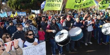 Una importante cantidad de trabajadores se volcó en las calles de Esquel para mostrar su descontento.