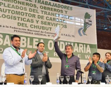Convenio. Taboada muestra el documento firmado ante el aplauso de su gente y del intendente Maderna.