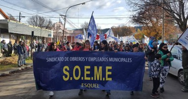 Manifestación en las calles. La marcha de la que participó el gremio de los municipales en la Cordillera.