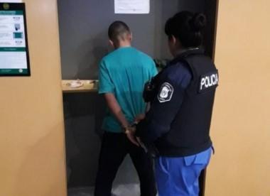 El violador in fraganti en momento de ser detenido cuando abusaba de una mujer en los cajeros.