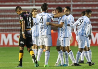 Con gol de Leandro Díaz, Atlético Tucumán venció 1-0 a Peñarol y por ahora comparte el liderato con Libertad en el Grupo C.