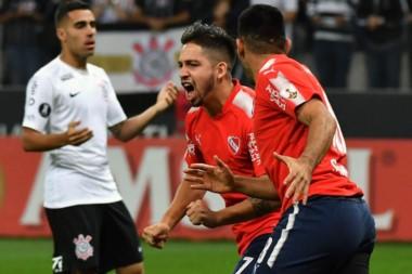 Con goles de Benítez y Ángel Romero en contra, Independiente vence 2-1 a Corinthians (Jadson) por la cuarta fecha del Grupo G de la Libertadores.