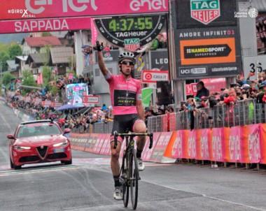 Simon Yates gana su tercera etapa y es más líder del Giro de Italia.