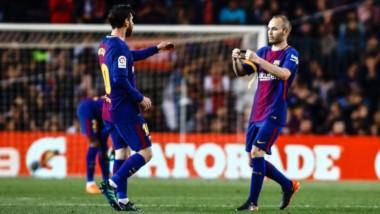 Iniesta le entrega la cinta de capitán a Messi. Fue reeplazado para recibir los últimos aplausos de los hinchas.