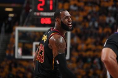 Con 44 puntos de LeBron James, los Cavaliers derrotaron 111-102 a los Celtics.