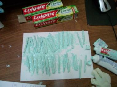 La droga venía oculta en tubos de pasta dental. Hay tres implicados.