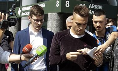 Lautaro llegó a Milán y fue recibido por varios hinchas de Inter.