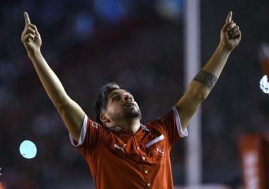 Maxi Meza, convocado para jugar el Mundial, con la camiseta retro que Independiente usa ante Deportivo Lara.