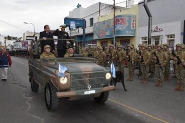 En el cual desfile participaron instituciones educativas; sociales y Fuerzas Armadas y de seguridad.