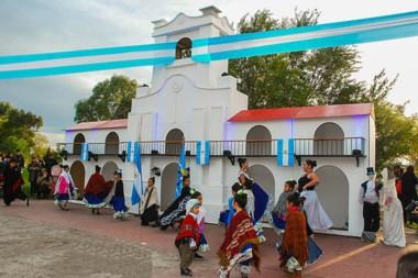 No hubo desfile pero sí numerosas presentaciones artísticas de distintas escuelas de danzas de la ciudad para recordar la gesta patria en Trelew.