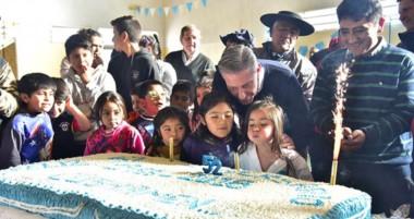 Además de presidir el acto por la gesta patriótica y el  aniversario de la localidad, el gobernador inauguró un centro de jubilados, pavimento y entregó mejoras habitacionales.