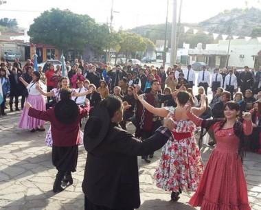 No faltó el tradicional Pericón durante el acto por el 25 de mayo.