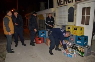 Momentos en que un sargento de Policía ponía a salvo las latas de cerveza que eran incautadas.