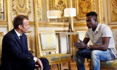 El Presidente Macron lo felicitó y le facilitará la regularización de sus papeles en Francia.