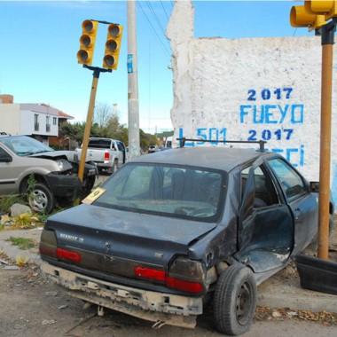El impacto derivó en daños sobre un semáforo aún no inaugurado.