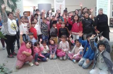 El grupo de chicos que realizó una visita guiada por el Museo Paleontológico  de la ciudad de Trelew.