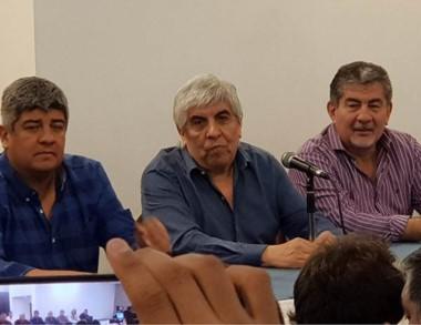 Trío. Los Moyano (izquierda) junto con el legislador chubutense.