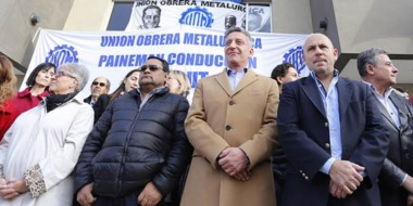 Durante el acto de entrega de viviendas se manifestaron trabajadores de los gremios estatales.