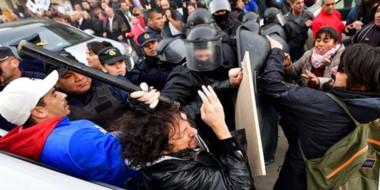La Policía arremete cuando algunos manifestantes se habían acercado para mostrar su descontento.