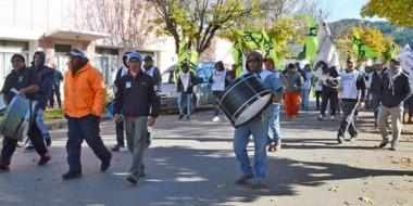 Bombos. La marcha en Esquel de los desocupados de la construcción pidiendo por respuestas.