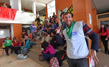 Los trabajadores en la toma del Ministerio de Educación. (Foto: Daniel Feldman / Jornada)