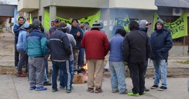 Los trabajadores de la UOCRA en Esquel se manifestaron en la Delegación de la Secretaría de Trabajo.