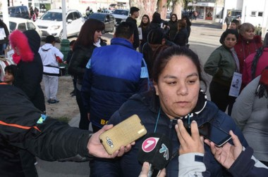 Los familiares recorrieron las calles céntricas de Puerto Madryn para exigir la aparición de Gastón León.