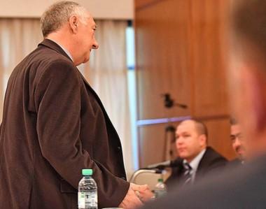 Molesto. Galende deja la sala ante la mirada de Nápoli en segundo plano, tras una discusión en alta voz.
