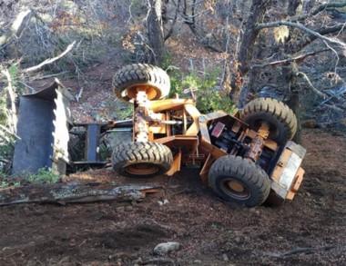 La máquina cargadora municipal volcada en un campo privado.